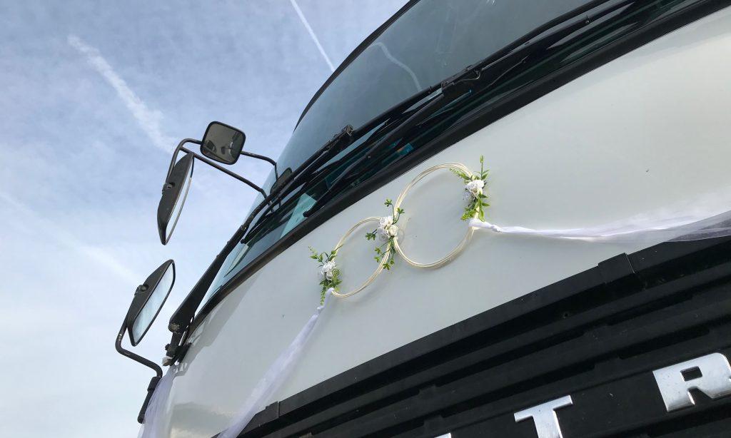 Bus von Omnibus Ortmeier mit Hochzeitsschmuck